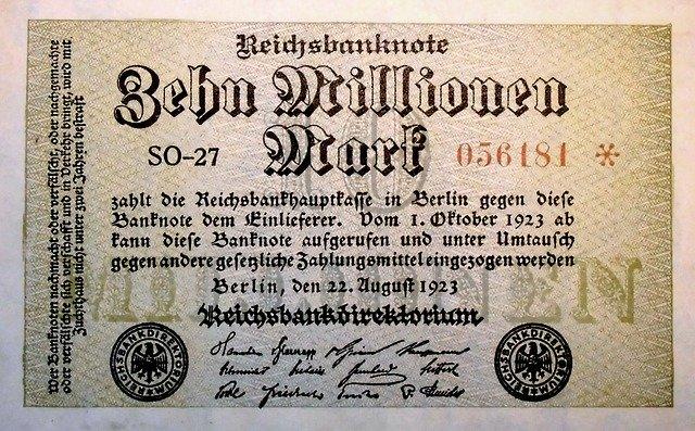 Das Bild zeigt Inflationsgeld während der Hyperinflation in Deutschland im Jahr 1923. Es handelt sich um 10 Millionen Mark Inflationsgeld.